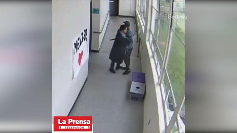 Valiente maestro desarma y después abraza a estudiante hasta calmarlo