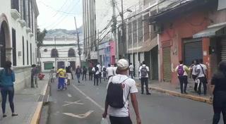 Batalla campal entre estudiantes y Policías Antimotínes