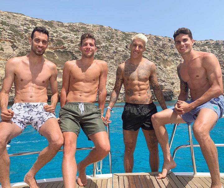 Así disfrutan de sus vacaciones en Ibiza Tello, Bartra, Sergi Roberto y Busquets