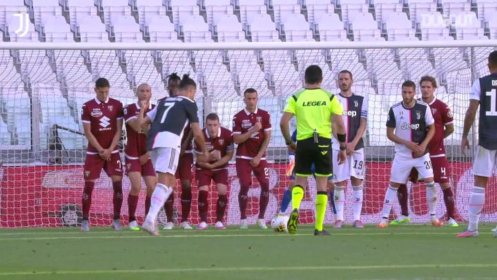 كريستيانو رونالدو يسجل هدفه الأول من ركلة حرة مع يوفنتوس