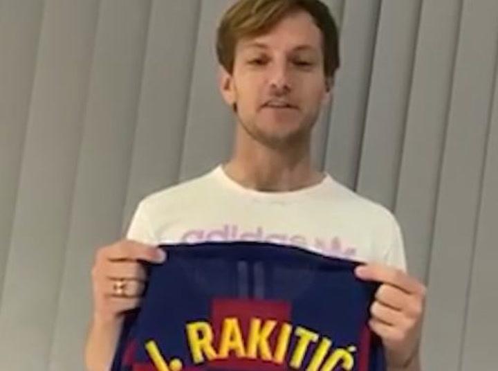 Ivan Rakitic , jugador del Barça, dona una camiseta