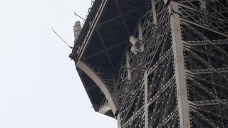 Mann klatret opp Eiffeltårnet