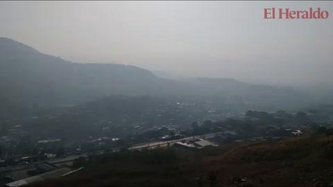 Con densa capa de humo amanece la capital de Honduras