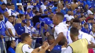 Bryan Acosta se cuela ante la defensa y pone el tercero para Honduras
