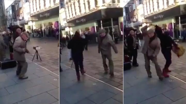 Se, der danser bestefar og for en stil han har!