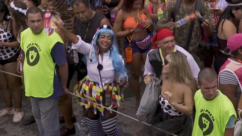 Baile, samba y lodo en el arranque del Carnaval de Rio de Janeiro