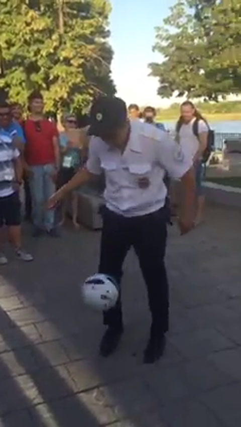 Un policía ruso que bien podría jugar el Mundial