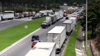 Solo carros livianos y buses están transitando debido a toma de transportistas
