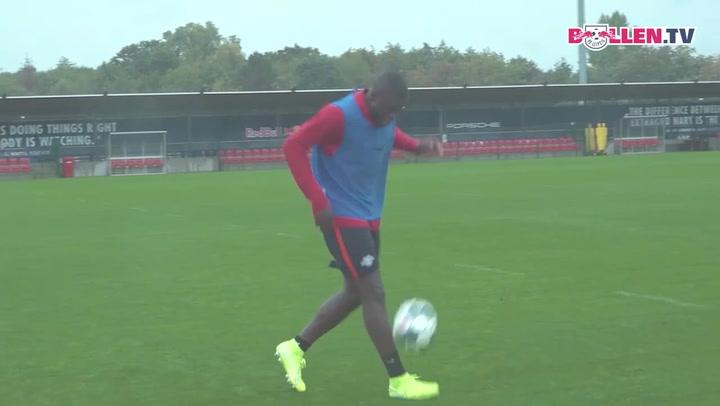 Upamecano demuestra sus 'skills' con el balón en los pies