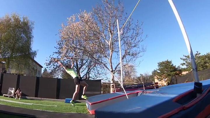 Lavillenie salta 5,61 metros en el jardín de su casa