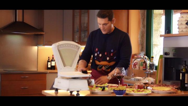 Manu Tenorio estrena \'Alegría, alegría\', su videoclip navideño con los elfos más divertidos