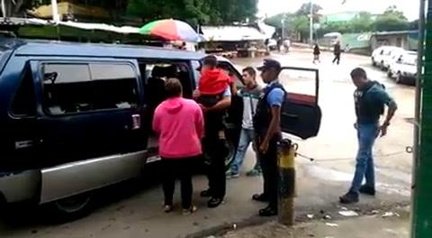 Policías detienen a madre por darle golpiza a su hijo captada en video