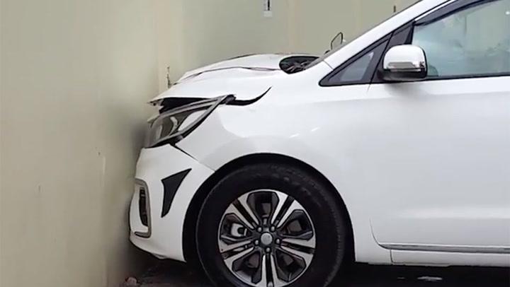 รับรถวันแรก ชนตั้งแต่ออกประตูโชว์รูม หนุ่มอินเดียงานเข้า รถใหม่พังยับ