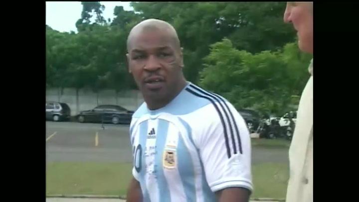 Cuando Tyson declaró con la camiseta de Maradona tras una pelea nocturna en Brasil