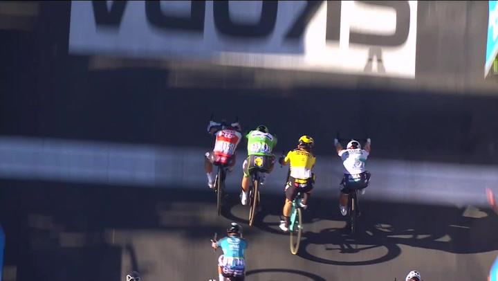 Ewan se lleva el sprint de la 11ª etapa tras una polémica maniobra de Peter Sagan