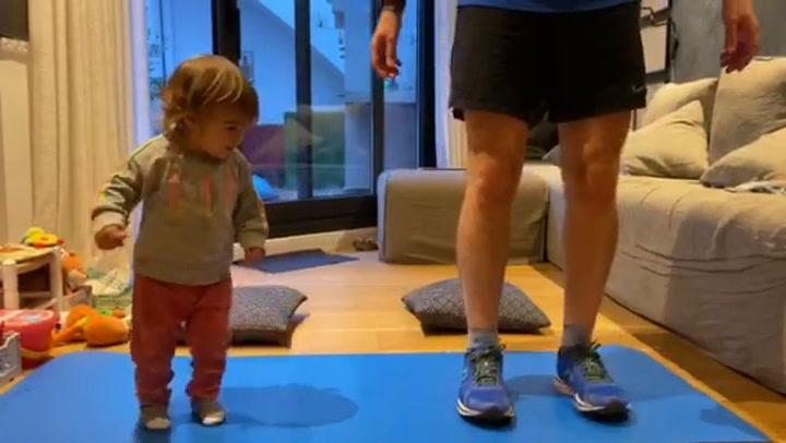 El Reto De Fitness De Un Padre Y Su Hiha De 1 Año Durante El Confinamiento