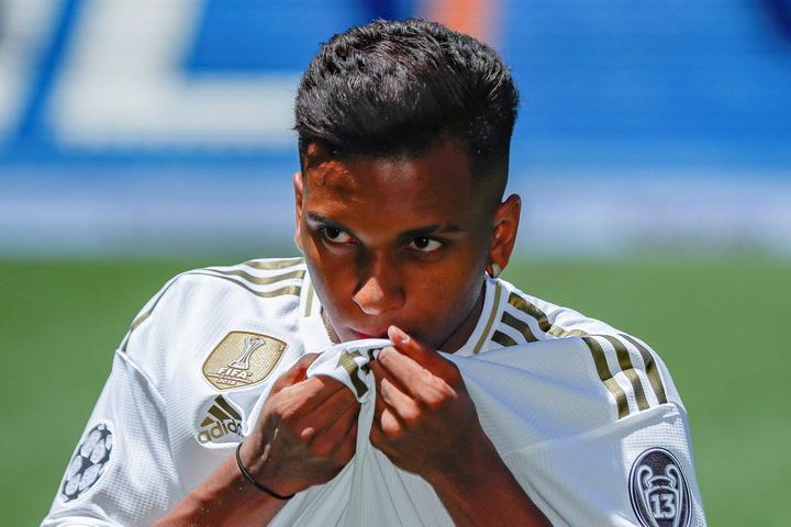 Rodrygo besa el escudo del Madrid