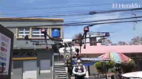 Con drone y cisterna fumigan calle del comercio en la colonia Kennedy