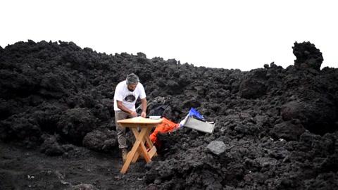 La pizza que se cocina sobre la lava de un volcán en Guatemala