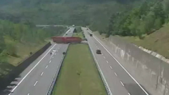 Vogntog tok livsfarlig u-sving på motorvei