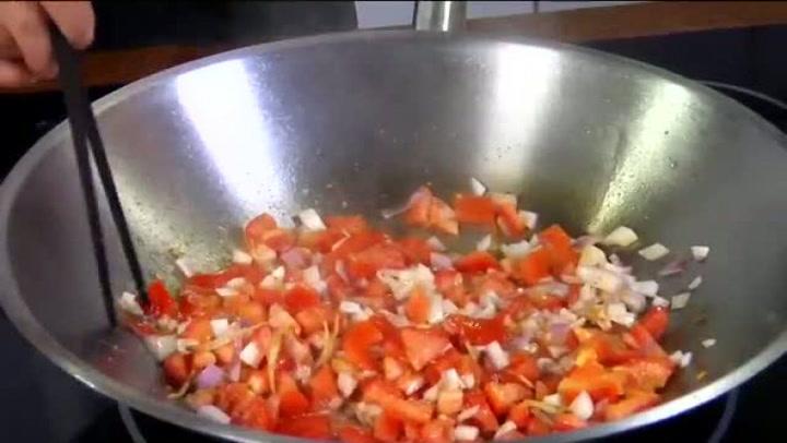 Hvordan lage stekt laks med tomat- og ingefærsaus