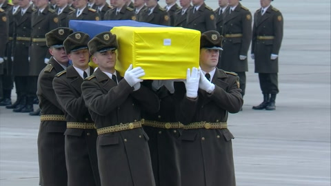 Lagrimas en Kiev al llegar cuerpos de víctimas de accidente aéreo en Irán