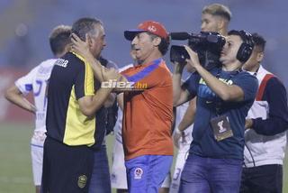 ¡Qué detallazo! El abrazo de Pedro Troglio a Ramiro Martínez luego que lo venciera en Copa Premier