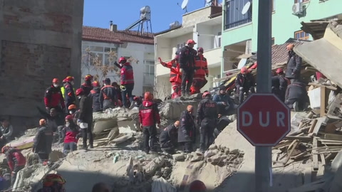 Turquía busca supervivientes de terremoto que deja más de mil heridos