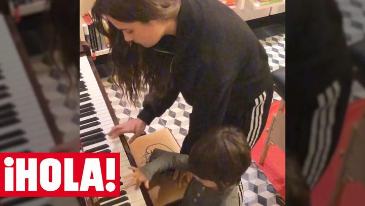 Así toca Manuela, hija de Alejandro Sanz, el piano y el xilófono con la \'ayuda\' de su hermano