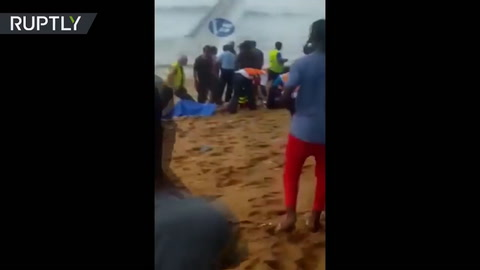 Las primeras imágenes de la caída de un avión en playas africanas