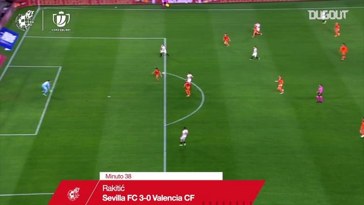 Golaço de cobertura de Rakitic contra o Valencia