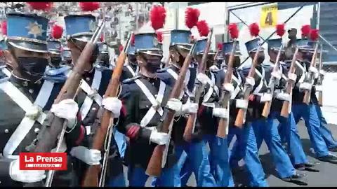 Capitalinos desfilan en cumpleaños de la Patria en medio de restricciones