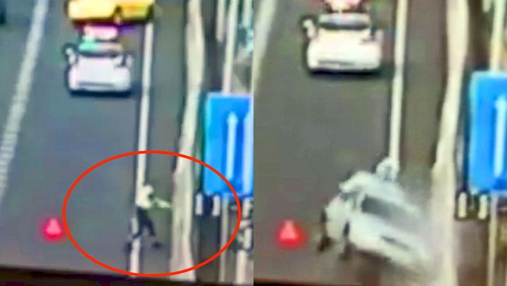 Politimannen er sekunder fra å bli smadret av løpsk bil