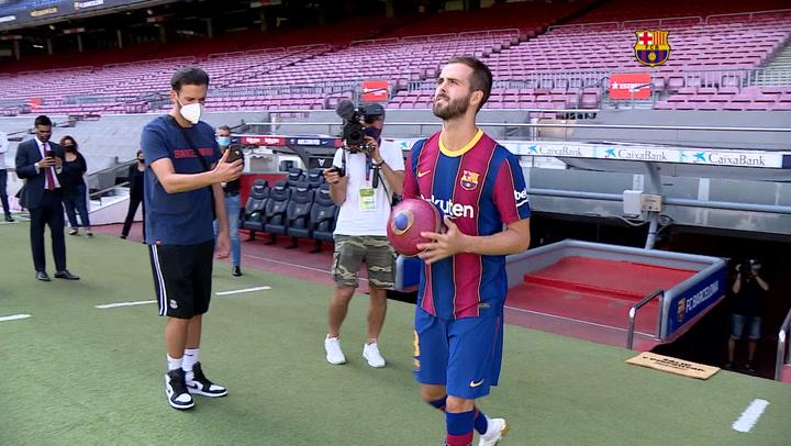 Primeras imágenes del jugador Miralem Pjanic, vestido con la camiseta del FCB