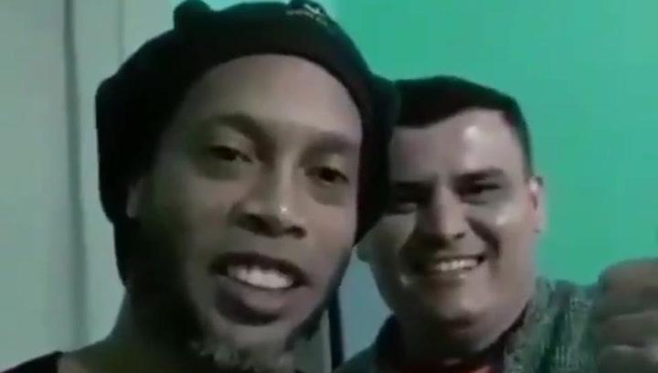 Desde la cárcel, pero sin perder la sonrisa, Ronaldinho manda un saludo