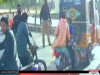 کراچی میں سی ویو پر پابندی کے باوجود موٹر سائیکل سواروں کی جانے کی کوشش