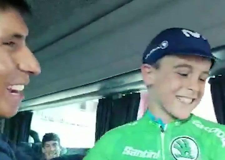 El detallazo de Nairo Quintana con un niño en la Vuelta