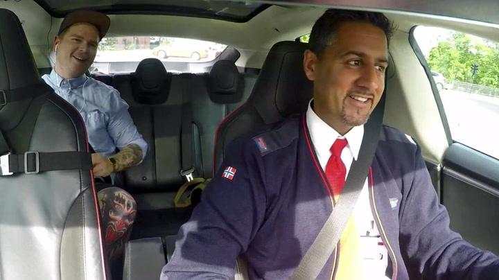 Raja tar «en Stoltenberg» i taxi-parodi