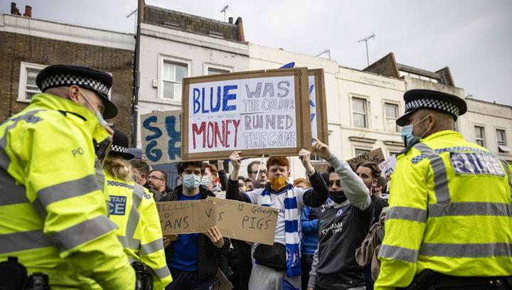 Aficionados del Liverpool y el Chelsea protestan contra la Superliga Europea