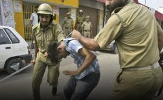 Policía de la India castiga con golpes y latigazos a quienes incumplen el toque de queda