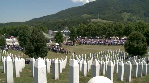 Musulmanes de Bosnia lloran a sus muertos 25 años después de masacre de Srebrenica