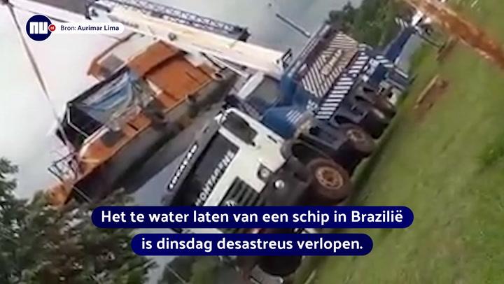 Kijken: Takelwagen kantelt tijdens te water laten schip