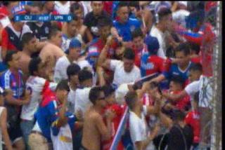 La pelea entre aficionados olimpistas durante el Olimpia-UPNFM