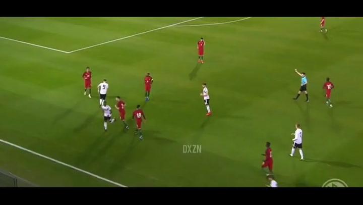 Diogo Dalot, jugando con la selección de Portugal