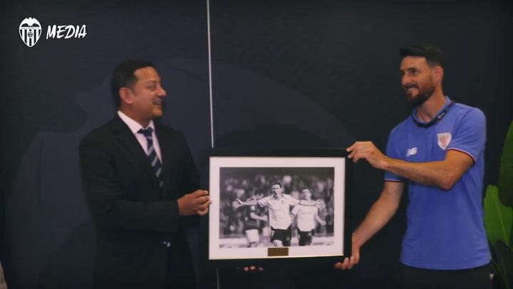 Aduriz recibe un homenaje en Mestalla