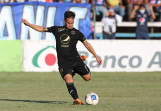 ¡Pierna mágica! Diego Auzqui se despacha un hermoso gol de tiro libre en el Motagua-Vida