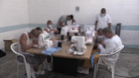 Jóvenes expandilleros cosen mascarillas en Guatemala para enfrentar coronavirus