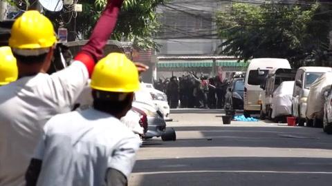 Fuerzas de seguridad birmanas disparan contra opositores al golpe