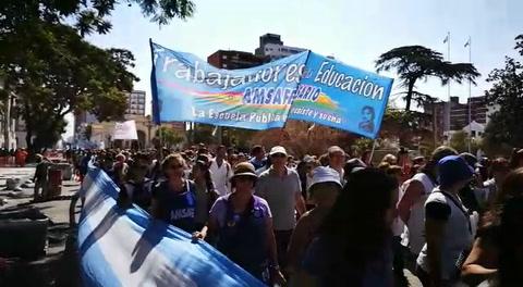 Estatales y docentes pasearon su bronca por la capital provincial