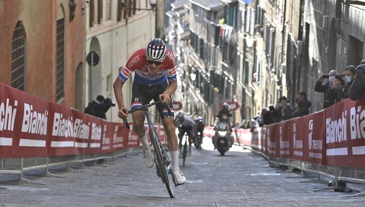 Brutal victoria de Van der Poel en la Strade Bianche por delante de Alaphilippe y Bernal